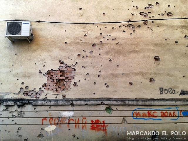 Cicatrices de guerra - Paredes del edificio de Nadia, la chica que nos alojó en Sujumi