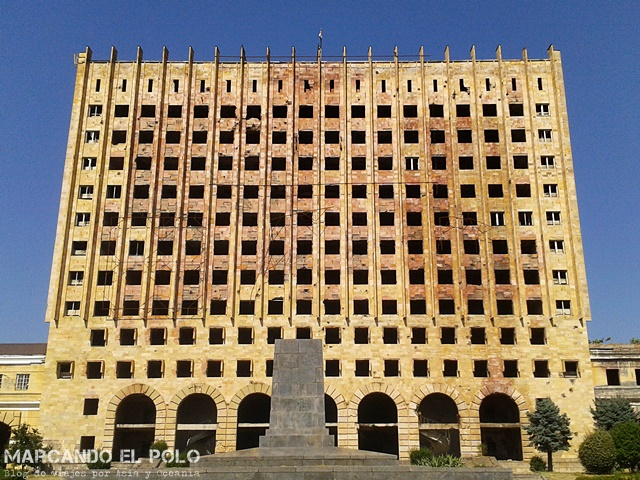 Por todo Sujumi hay edificios abandonados y destruidos como el viejo parlamento