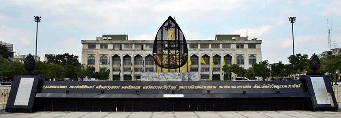 Nombre ceremonial de Bangkok frente al edificio Bangkok Metropolitan Administration (Fuente)