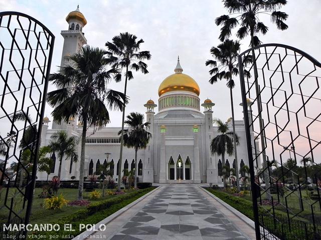 Viajar a Brunei - Entrada a la mezquita Omar Ali Saffudien