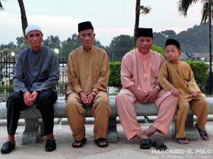 Viajar a Brunei - Bruneanos en mezquita