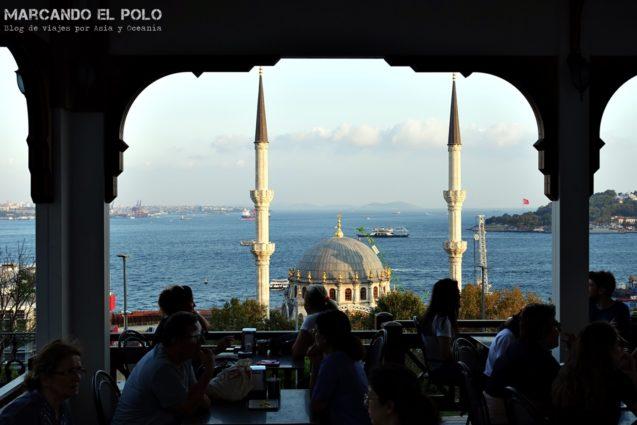 Curiosidades sobre el té turco: casa de té en Estambul con vista